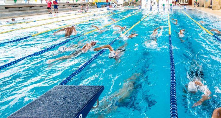 entrena en la piscina actividades